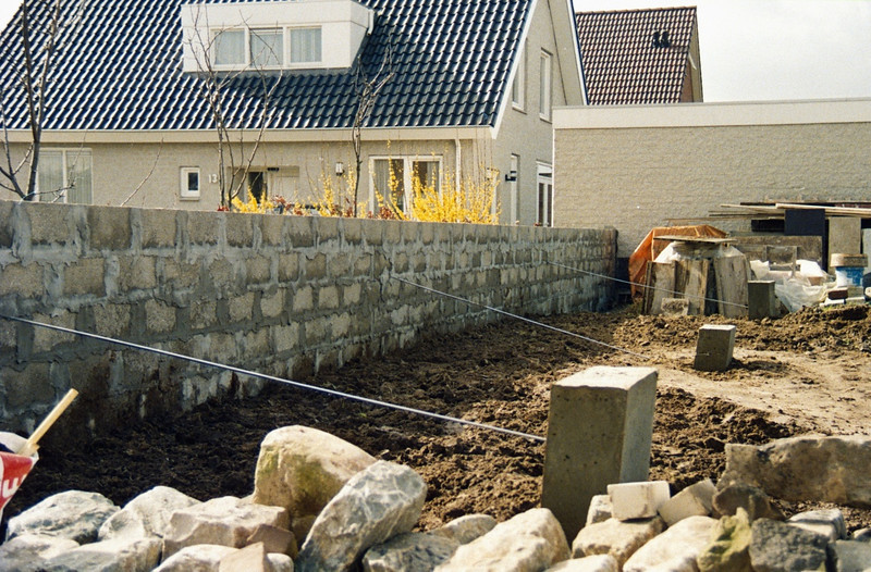 Garden wall consisting of concrete blocks with anchors.
