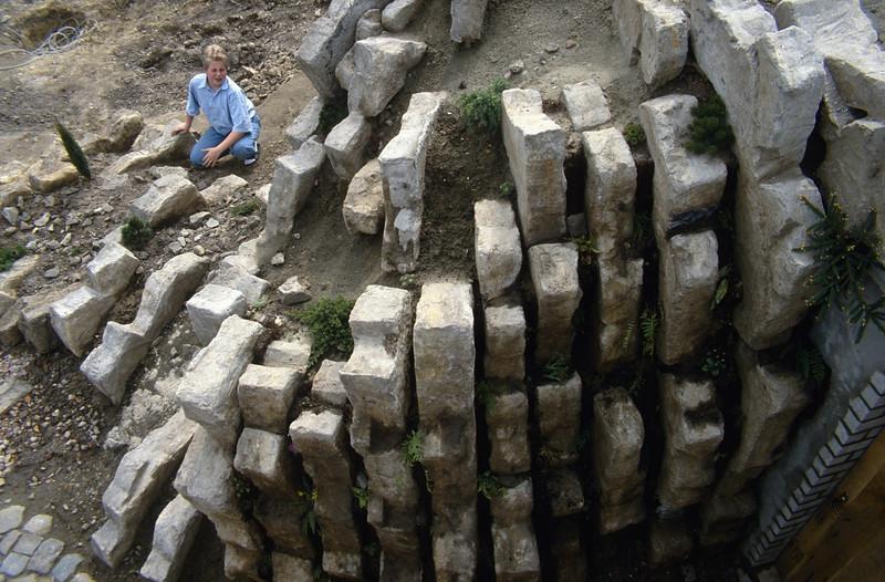 hypertufa mortar = 2 parts cement, 2 p. sieved peat and 3 p. sharp sand ( construction rockgarden 1992 )