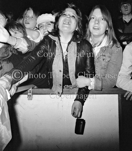 Skrigende pige publikum fans til Slade koncert i Falkonerteatret maj 1977