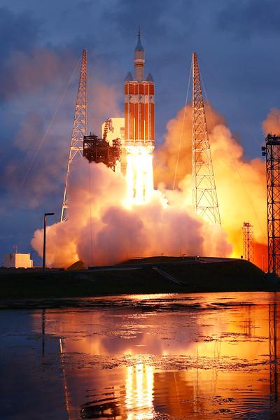 IMAGE: http://www.mikedeep.com/Aerospace/Rockets/EFT1/i-RjRbLcL/0/L/2014_12_05_08_04_10_1D2_1536-L.jpg