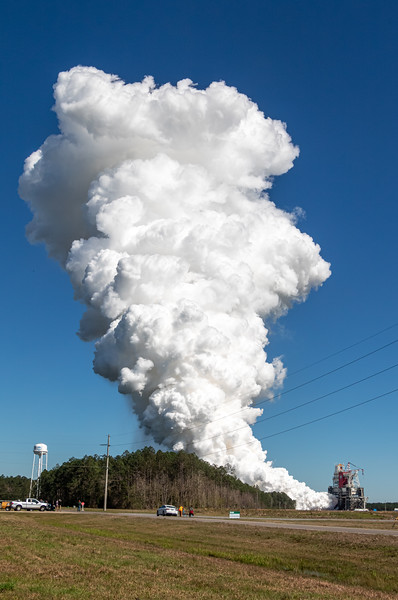 Vertical view of the plume that the SLS Core Stage sends skyward during the Green Run Hot Fire Test.