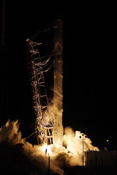 IMAGE: http://www.mikedeep.com/Aerospace/Rockets/SpaceX-CRS-5/i-MgZWqMZ/0/L/2015_01_10_04_41_56_40D_9722-L.jpg