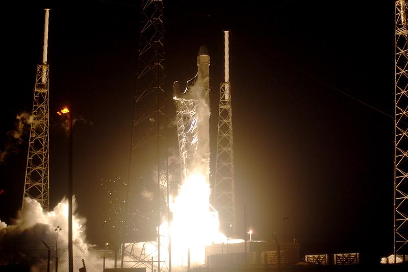 IMAGE: http://www.mikedeep.com/Aerospace/Rockets/SpaceX-CRS4-Falcon-9/i-scDqkjc/0/L/2014_09_21_01_52_09_350_0948-L.jpg