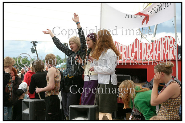 Roskilde Festival 2004, Festival goers, dancing in the mud, drinking beer