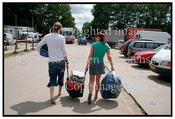 Roskilde Festival 2005, Festival goers, dancing, drinking beer, Arriving