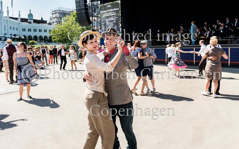 Vintage Garden Party i på Plænen i Tivoli  søndag 9. juli 2017 hvor et publikum udklædt som dengang mor, bedstefar eller tip-tip-oldemor gik i Tivoli stillede op til hygge og dans til tonerne fra Tivolis Big Band. Photo © Torben  Christensen @ Copenhagen