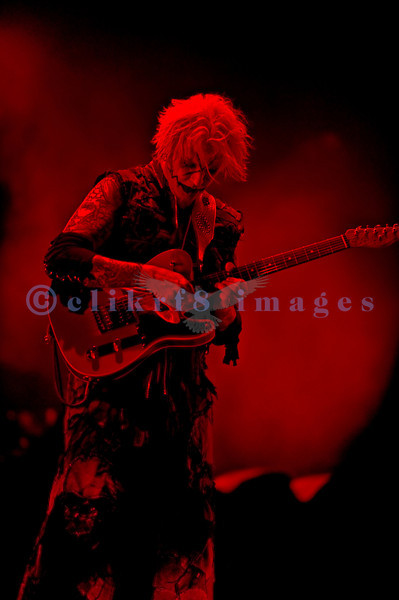 Rob Zombie, creative genius of theater and music, has been nominated three times as a solo artist for the Grammy Award for Best Metal Performance. He and his band lived up to the hype with a stellar stage and performance. John 5, lead guitar or Piggy D, bass guitar