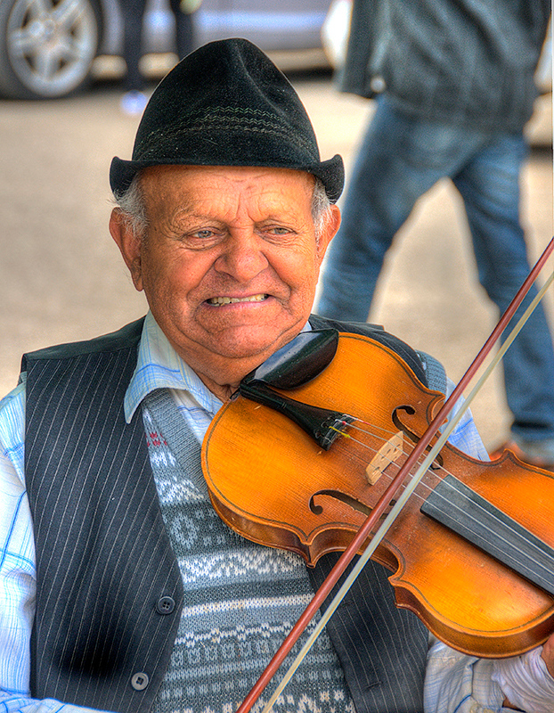 Busker on streets of Rasov
