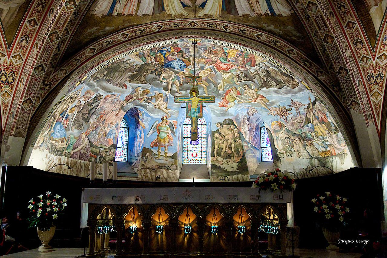 Maître autel de l'eglise inférieure de la Basilique St- François à Assise , Italie. Fresques de Giotto.