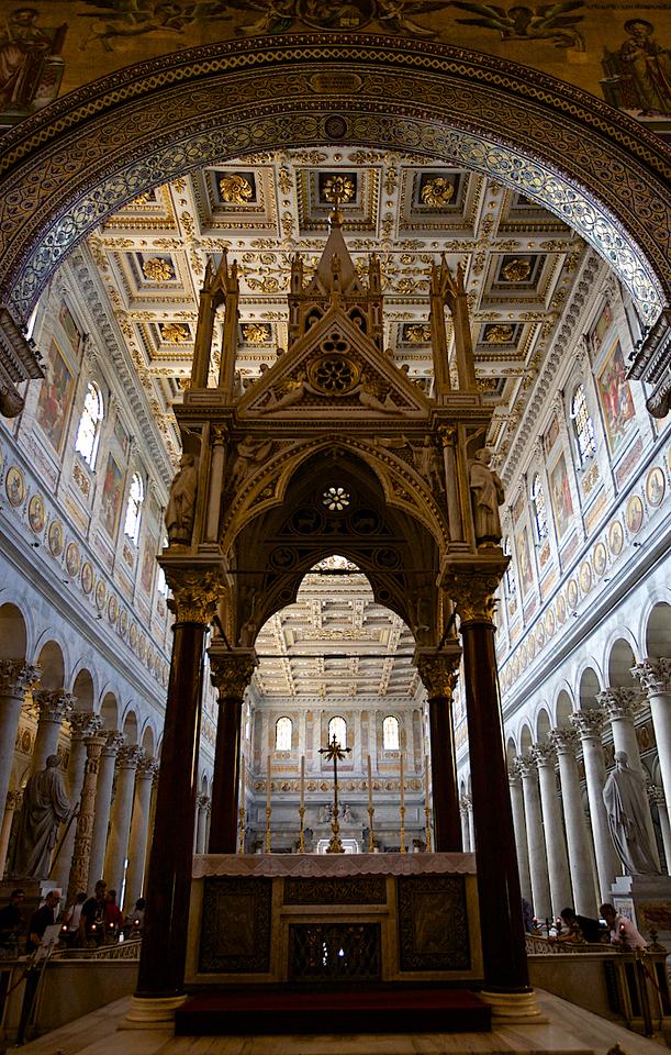 Vue arrière du Maître autel de la Basilique St-Paul hors les murs.