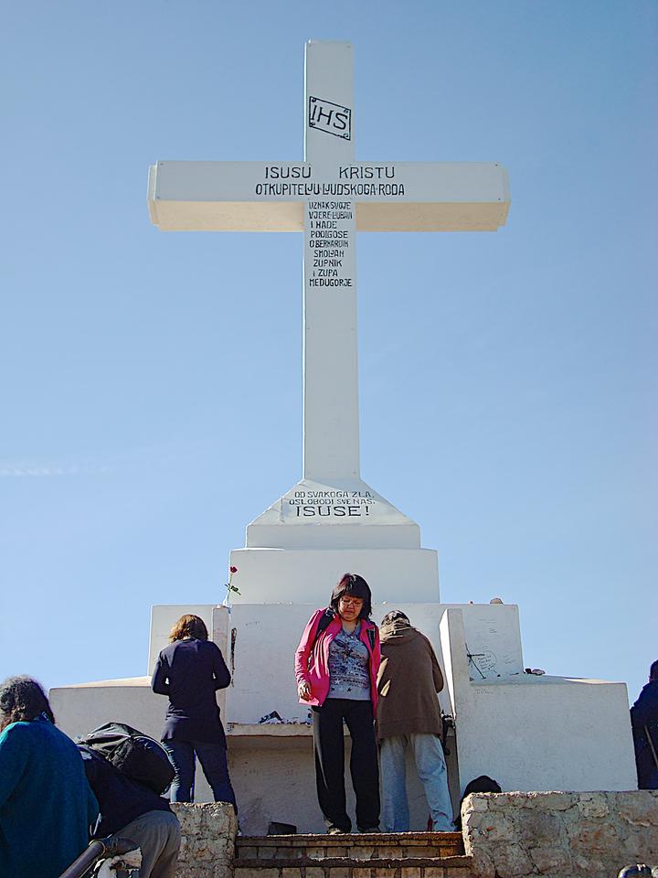 Simone et Mariette  devant la croix du Krizevc.