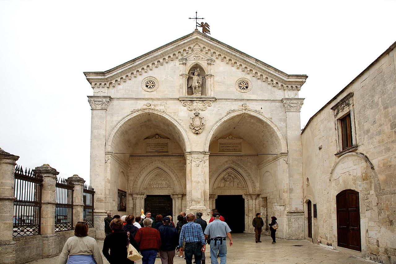 Chapelle construite par dessus la Grotte des apparitions de St-Michel Archange à Monte San Angelo.