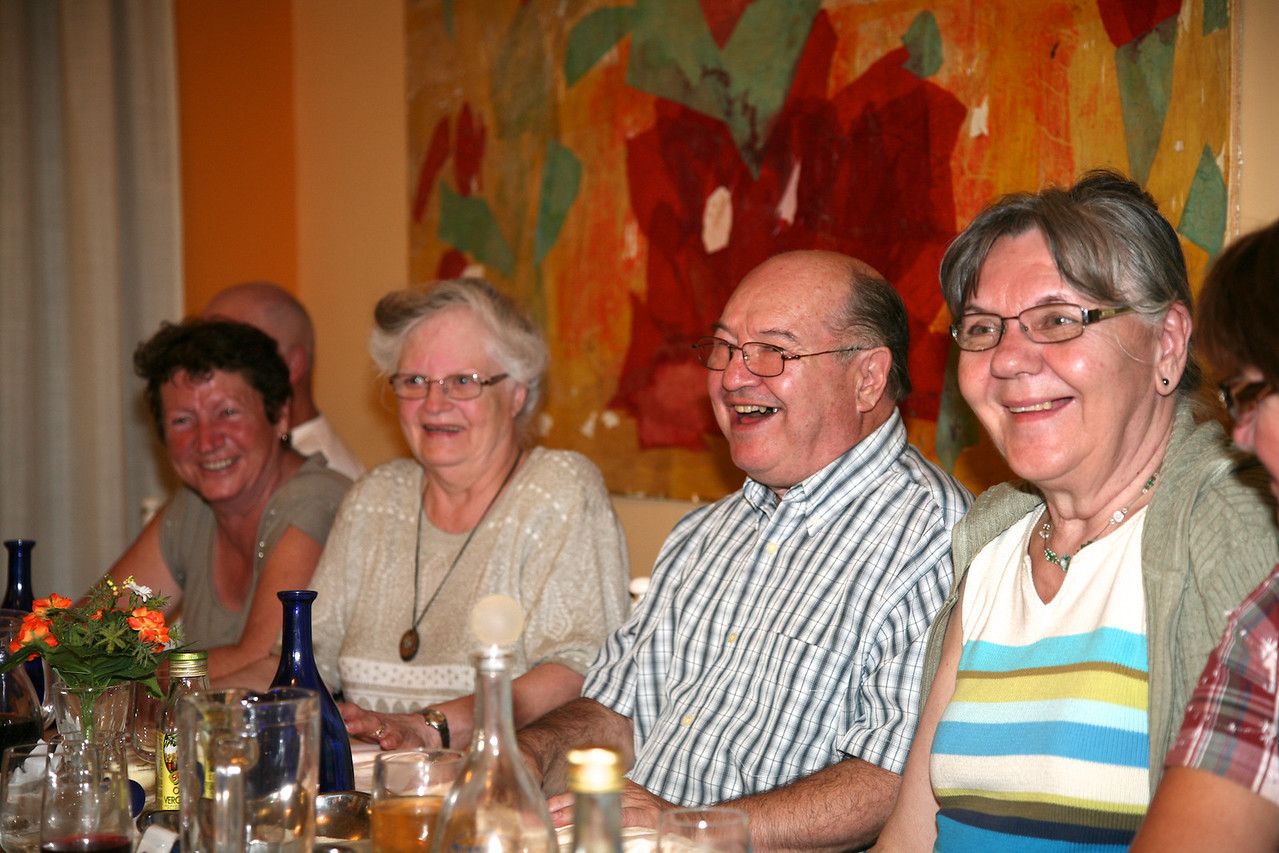 Anniversaire de Tam, Salle à manger de l'autel Regent à Pescara.Une table tout en sourires et en couleurs. De droite à gauche ; Daria, Jean-Denis Charbonneau, Yolande Trottier et Pierrette Bédard.
