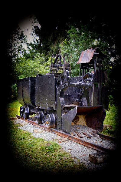 Masina de incarcat cu cupa si vagonet metalic cu cutie fixa de 1m cub, tip VF-1,00<br /> <br /> Este o masina de incarcat produsa de uzinele Unio Satu-Mare echipata cu motor pneumatic.