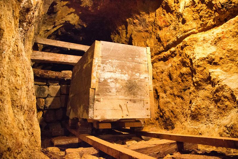 Reproducerea unui vagonet de lemn pe sine de lemn folosit la transportarea minereului.