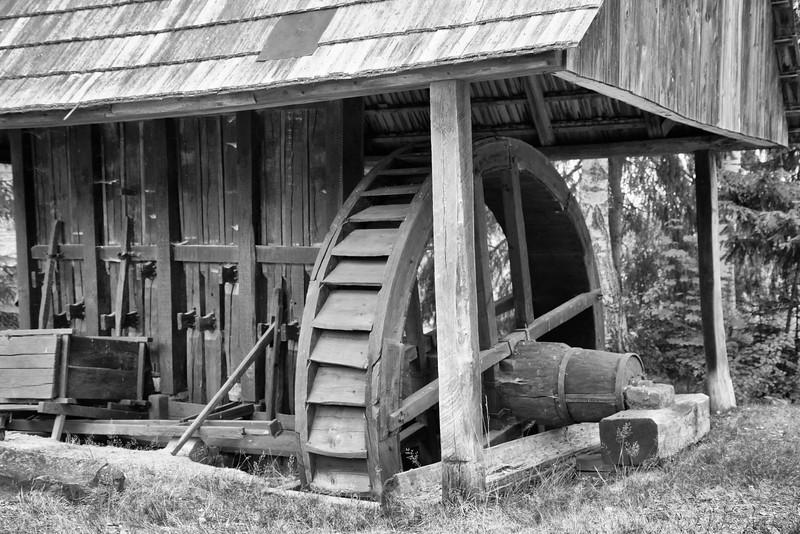 Steampuri din lemn, in marime naturala restaurate intre anii 1970 si 1979, care erau folosite pentru zdrobirea rocilor in procesul de extractie a aurului. Dupa ce minereul era scos din galerii, era dus la steampuri. Pentru punerea in functiune a acestora era folosita forta animala sau umana (pe vremea romanilor), iar mai tarziu forta apei. Un steamp putea fi construit de orice persoana care cumpara (pe baza de contract) sau mostenea o vatra de steamp. Prelucrarea minereului cu steampul o faceau fie barbatii sau femeile din cadrul familiei, fie oameni angajati pe baza de salariu saptamanal, numiti stempari. steampurile se puneau in functiune in ziua de 18 martie a fiecarui an si se lucra pana pe 15 noiembrie, rareori vremea permitand sa se munceasca tot timpul anului. <br /> <br /> Peste saptamana, steampurile functionau de marti la amiaza pana sambata dimineata. In general, steampurile erau amplasate in cascada, pe vetre de steampuri de-a lungul vailor, folosindu-se diferenta de nivel pentru curgerea apei, care era indispensabila la zdrobirea, separarea si concentrarea aurului. In perioadele de seceta, steampurile erau alimentate cu apa din cele sapte tauri de pe teritoriul comunei, special amenajate in acest scop. Alimentarea cu minereu a steampului se facea cu trocul si cosurile. Pe vatra erau valaul si hurca, cu care se concentra si se separa aurul din macinis.