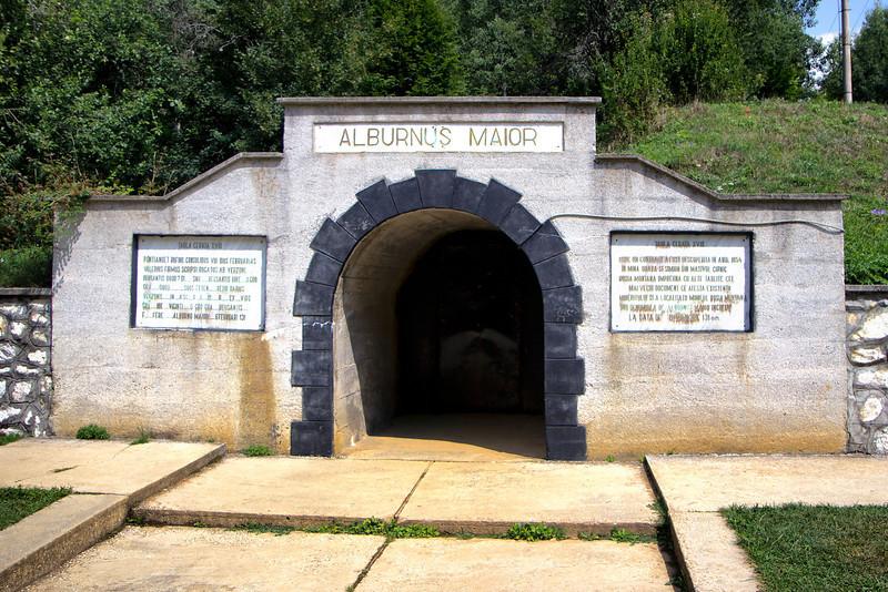 Intrarea in galeriile miniere subterane din perioda romana din Masiul Orlea. Mina muzeu.<br /> <br /> In data de 16 mai 1968 la orele 2 din noapte, acasa la inginerul sef al exploatarii miniere din Rosia telefonul suna insistent. Aurel Sintimbrean, trezit din somn, aude vocea alarmata a maistrului miner anuntandu-l despre prabusirea tavanului unei galerii...<br /> Dupa verificari amanuntite se constata ca echipa de mineri a facut din intamplare una din cele mai importante descoperiri arheologice din Europa, o mina de extragere a aurului din perioada romana. <br /> <br /> Asa incepe istoria scoaterii la lumina dupa aproape 2000 de ani a unei retele extraordinare de galerii si exploatari  miniere subterane din perioda romana executate in masivul Orlea de la Rosia Montana