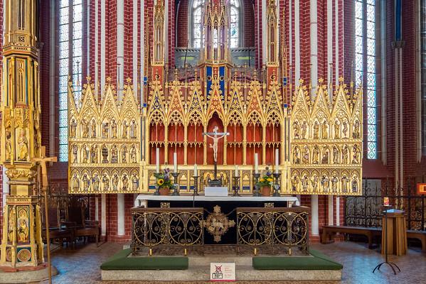 Im Chor steht noch ein Altar.