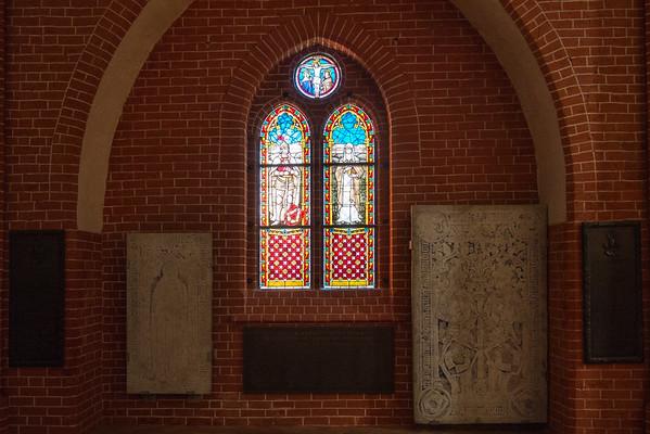 Schöne Glasfenster erzeugen eine sakrale Stimmung.