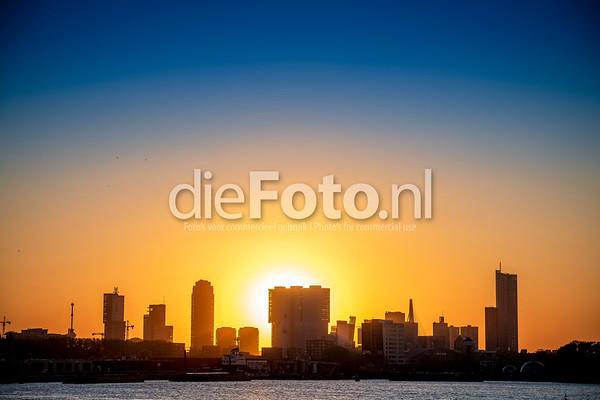 Skyline Rotterdam met ondergaande zon