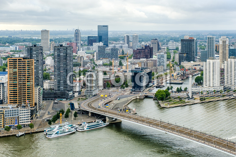 De voet van de Erasmusbrug en de Leuvenhaven