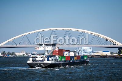 Van Brieneroordbrug met binnenvaartschip Rotterdam