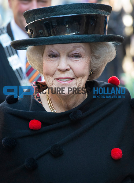 Princess Beatrix visits Buddhism conference at Leiden University