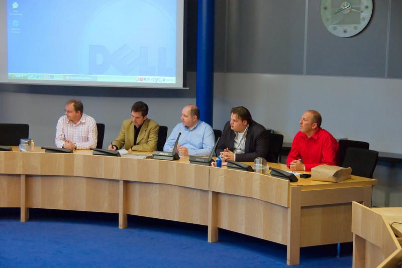 Persconferentie aan de vooravond: het bestuur van Roze Zaterdagen Nederland en (tweede van rechts) wethouder van Tiel