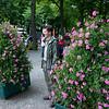 Wie staat er tussen de roze bloemetjes?