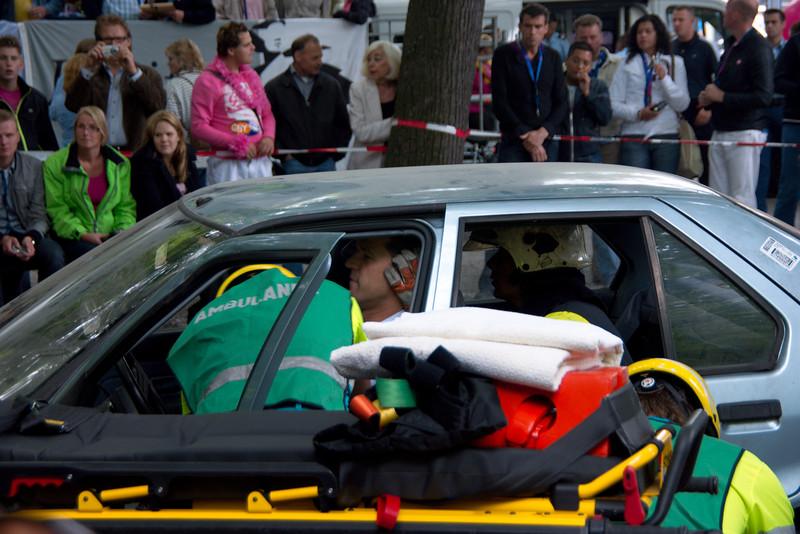 Mark Rutte wordt gewond afgevoerd na een auto ongeluk