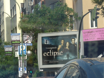 OMG They have moving billboards, and more importantly, one with Twilight on it. LOL! La saga crepusculo indeed.