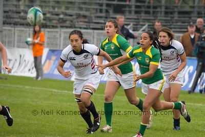 Edna Santini passes the ball
