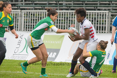 Victoria Folayan is tackled by Thais Rocha