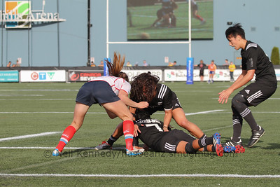 Portia Woodman covers Tyla Nathan-Wong at the brerakdown as Sarah Goss comes to retrieve the ball
