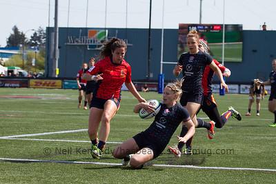Natasha Hunt scores a try