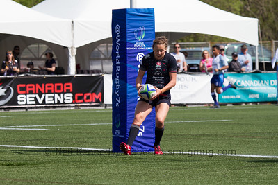 Natasha Brennan with the ball scoring a try