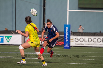Charlotte Caslick reaches for a pass as Shannon Izar closes in