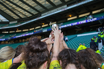 Aussie girls with th eLondon 7s cup