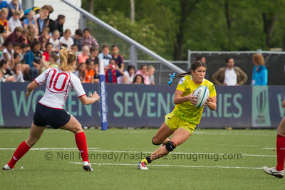 Charlotte Caslick with the ball