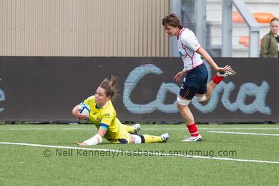 Chloe Dalton scores a try