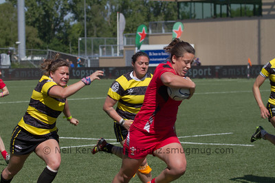 Sioned Harries moves away from a tackle from Georgina Gulliver