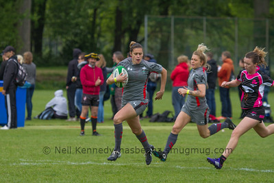Rhian Nokes running with the ball