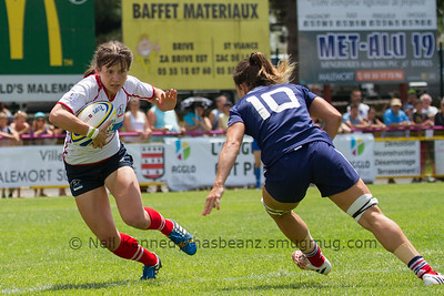 Nadezda Kudinova gets ready to fend a tackle from Elodie Guiglion