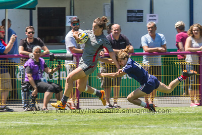 sioned Harries eludes Pauline Biscarat's tackle