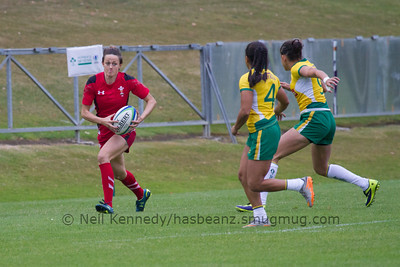 Laurie Harries running down the wing as Edna Santini and Claudia Teles close to tackle.