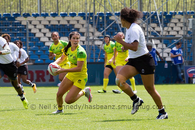 Australia 7s Charlotte Caslick advances and checks for passing options