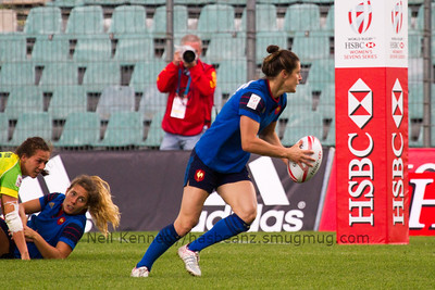 Caroline Ladagnous with the ball