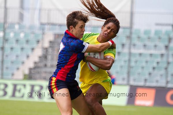 Spain's Iera Echebarria tackles Australia 7s Ellia Green