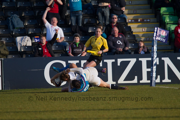 Although Manuela Furlan tackles her, Hannah Gallagher rolls through the tackle to score