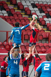 Rachael Cook wins the line out from Elisa Giordano